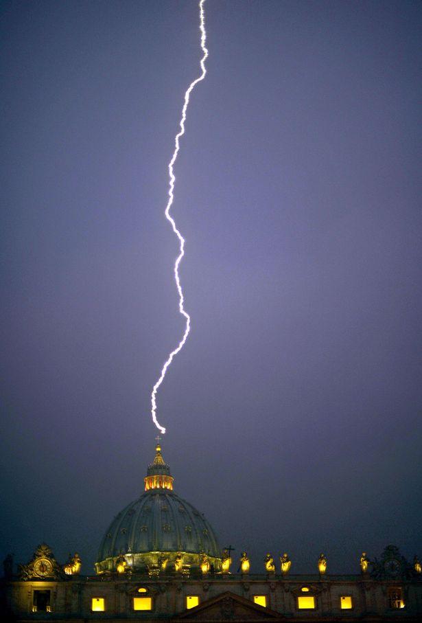 lightningstrikesVatican11022013